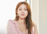 Lee Sung Kyung Karaoke Heboh di Pinggir Jalan Lokasi Syuting 'Romantic Doctor, Teacher Kim 2'