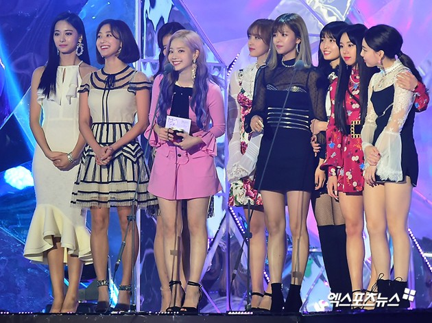 Foto Twice meraih piala Female Group Award dan Best Selling Artist of the Year.