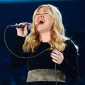 Kelly Clarkson di Panggung Grammy Awards 2013