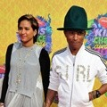 Pharrell Williams dan Istri di Orange Carpet Kids' Choice Awards 2014