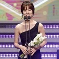 Jin Se Yeon Raih Piala Popular Star Award