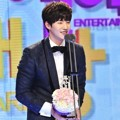 Song Jae Rim Raih Piala Male Rookie Award