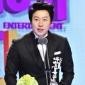 Kim Soo Ro Raih Piala Friendship Award