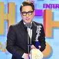 Yoon Jong Shin Raih Piala High Excellence Award - Music/Talk Show
