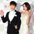 Leeteuk Super Junior dan Hyeri Girl's Day di Red Carpet Gaon Chart K-Pop Awards 2015