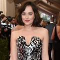Dakota Johnson Hadir di Met Gala 2015