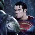 Superman Memandang Batman di Film 'Batman v Superman: Dawn of Justice'