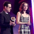 Sutradara J.J. Abrams dan Daisy Ridley Terima Piala Movie of the Year award untuk Film 'Star Wars 7'