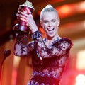 Charlize Theron Raih Piala Best Female Performance