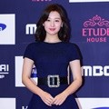 Kim Ji Won Tampil Menawan di APAN Star Awards 2016