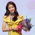 Lee Si Young Raih Piala Rookie Award for Variety
