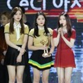 Red Velvet Raih Piala CeCi Asia Icon Award