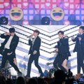 Highlight manggung menyanyikan lagu debut nama baru 'Plz Don't Be Sad' dan single lawas 'Beautiful Night'.