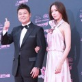 Jun Hyun Moo dan Kim Ah Joong di red carpet The Seoul Awards 2018.