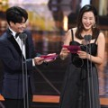 Jung Sang Hoon dan Honey Lee Saat Bacakan Nominasi Best Supporting Actress Award Kategori Drama