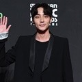 Roy Kim hadir di red carpet MAMA 2018 Hong Kong.