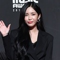 Heize hadir di red carpet MAMA 2018 Hong Kong.