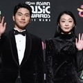 Lee Yi Kyung dan Kim Dami hadir di red carpet MAMA 2018 Hong Kong.